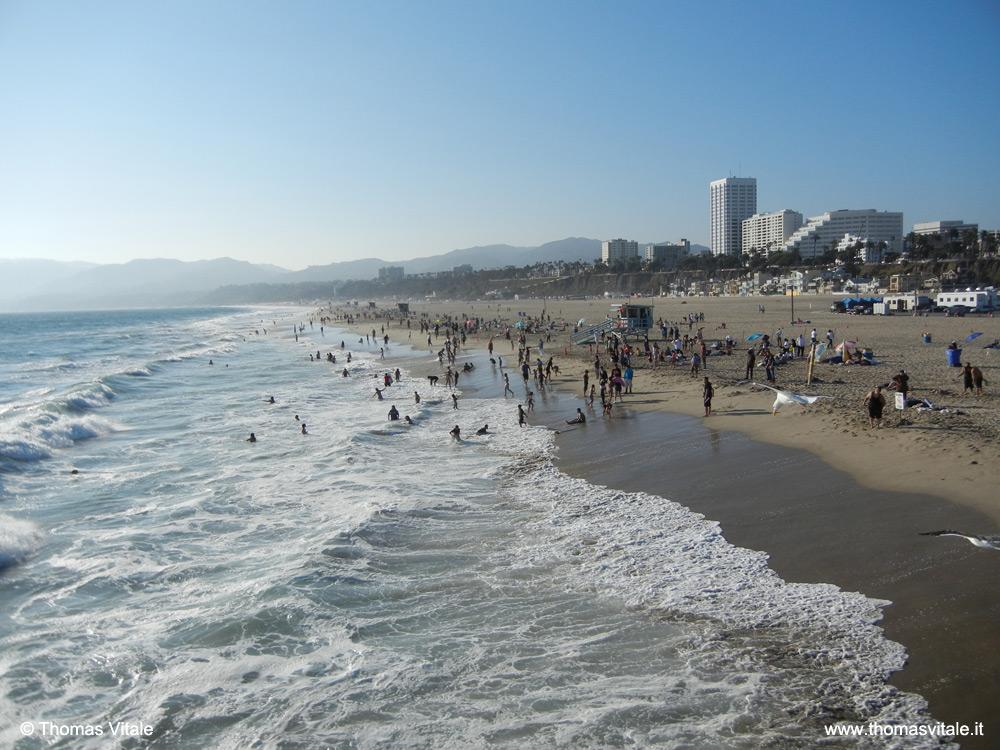 La spiaggia di Santa Monica, California, osservata dal pontile