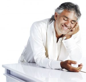 Andrea Bocelli e il suo pianoforte bianco