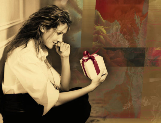 La cantante Céline Dion scarta un regalo di Natale