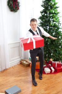 Il cantante canadese Bublé vicino all'albero di Natale e i regali