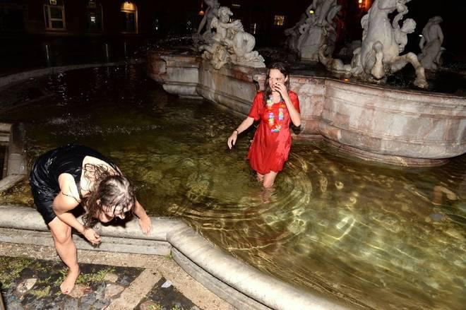 Multa da 900 euro per le due persone che si sono tuffate nella fontana di trevi t m - Bagno fontana di trevi ...