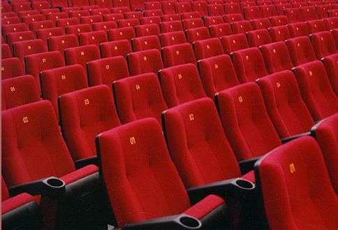 Poltrone Cinema.Muore Al Cinema Con La Testa Incastrata Tra Le Poltrone Tragedia A
